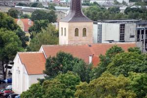 Vaade Paide katustele, esiplaanil Paide Püha Risti kogudus Foto Urmas Saard