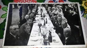 Vabaduse Risti  Vendade päeval istuti Sindis keset parki kaetud laudade ääres Foto erakogust