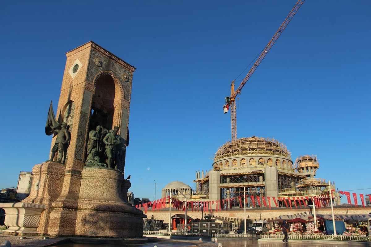 Vabaduse ausammas Istanbulis ja uue mošee ehitus Foto Mikko Selg