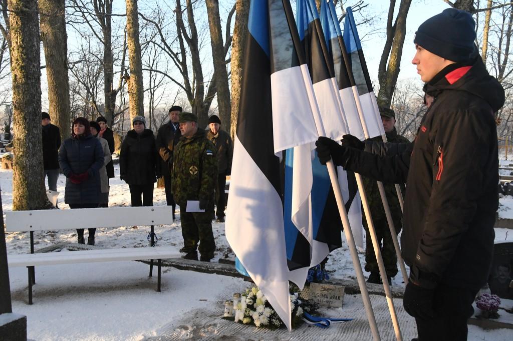 Vabadussõja 100. aastapäeva hommikul VR II 3 kavaler reservkapten Viktor Araku kalmul Sindi Vanal kalmistul. Foto Urmas Saard