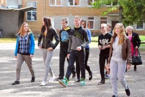 Valgjärve noored saabuvad Sindi gümnaasiumi õuele Foto Urmas Saard