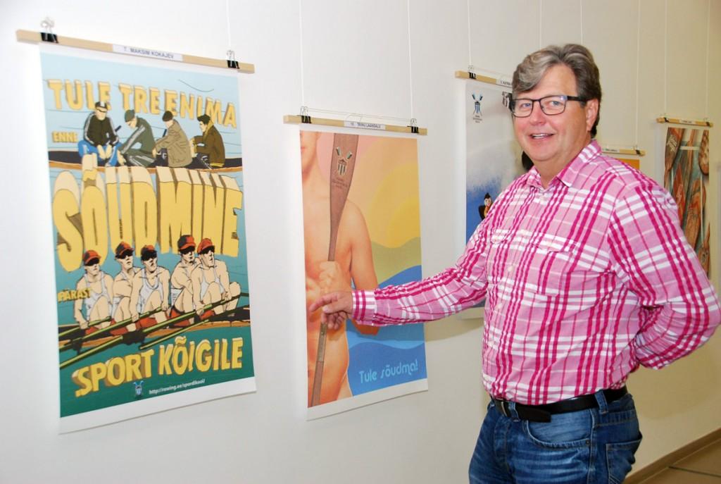 Viljo Vetik tutvustab Port Arturis avatud sõude-teemalist plakati näirust Foto Urmas Saard