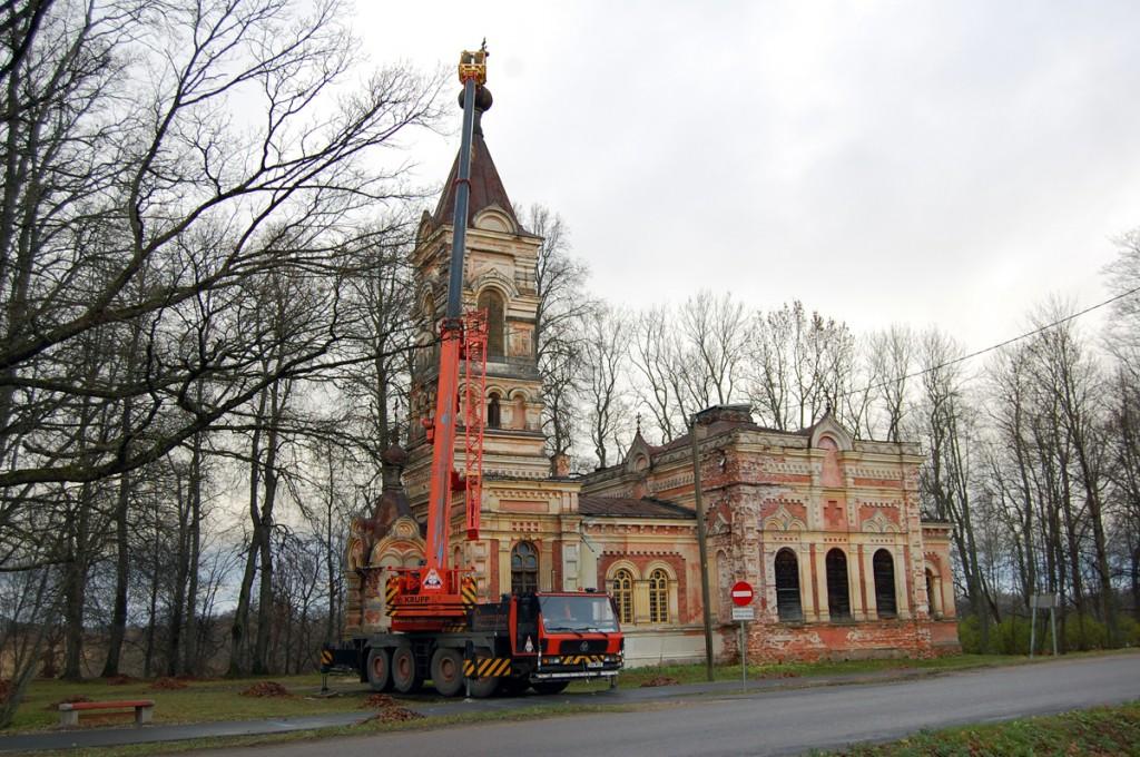 Viltu vajunud rist tõsteti Sindi kiriku tornist maha 2008 a Foto Urmas Saard