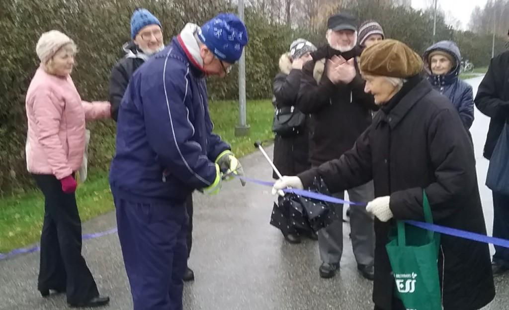 Vladimir Šokman ja Maimu Siigur avavad lindi lõikamisega Eesti esimest pimedate kõnnirada. Foto erakogu
