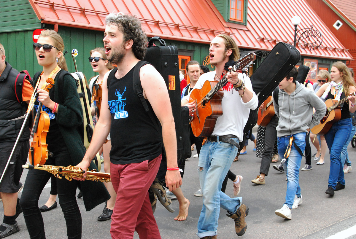 4a87e13a009 XIII Viljandi pärimusmuusika festivali rongkäik Foto Urmas Saard