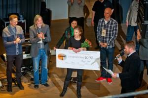 Eelmise aasta võitja Maarja Nuut koos kohtunikega laval.