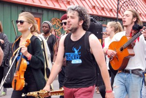 XXIII Viljandi pärimusmuusika festivali rongkäik Tallinna tänaval Foto Urmas Saard