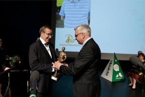Aasta põllumehele Romet Rässale annab parima põllumehe tiitli üle president Toomas Hendrik Ilves.