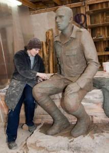Elo Liivi ateljees Leisi vallas valmib sõjast naasnud Hiiumaa sõduspoisi kuju.