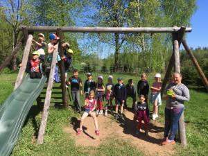 Lasva lasteaia lapsed sõbrunemas 11. mail Pikakannu Kooli mänguväjakul algklassiõpilastega.