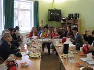 Kaheksa riigi eripedagoogid Comeniuse projekti raames Võru Järve koolis. Foto: Gaida Vassin.