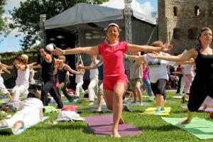 Esimesest joogafestivalist Haapsalus võttis mullu osa ligi tuhat inimest. Foto: MTÜ Joogafestival