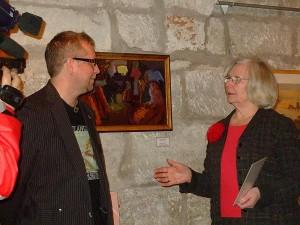 Vaike Kivilo tuletab näituse avamisele kogunenud rahvale meelde, et kunstikogu – see ongi pensionisammas, vähemalt Tõnis Kipperil. Foto: Ene Kallas/MeieMaa