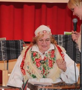 Rahvamuusik ja vanaema Lille Tali musitseerimas. Foto: Monika Otrokova