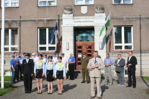 Lipupäeva tseremoonia Viljandi maavalitsuse ees Vabaduse platsil, räägib maavanem Lembit Kruuse. Foto: Viljandi maavalitsus