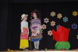 """Pala lasteaia lapsed Eliis Tupits ja Eliise Värk etenduses """"Pöial-Liisi """" nõia ja ema osades."""