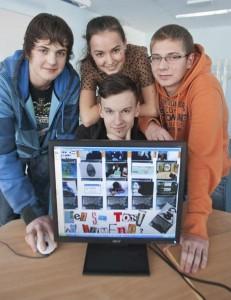 Gert Valdek, Kadri Raag, Henri Pedanik ja Randel Pomber esitlevad plakatit õpilaste ühistööna valminud kodulehest «Targalt internetis». Foto: Elmo Riig / Sakala