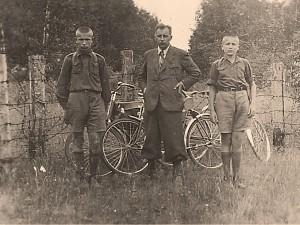 """Dr. Gustav Vilbaste sõjaeelsed matk koos poegadega Narva jõe tagustele aladele, toonasele Virumaale. """"Virumaa: N-Vene piir end. Oudova maantee kohal """" 4. juulil 1938."""