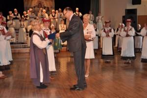 Maavanem Viktor Svjatõšev I Eesti Naiste tantsupeo üldjuhti Airi Rütterit eduka korraldustöö eest tunnustamas.