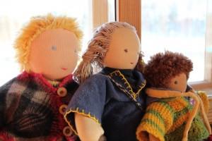 Waldorflasteaias mängivad lapsed looduslike ja ehedate mänguasjadega nagu need käsitööna valmistatud waldorfnukud. Foto: MTÜ Terve Pere Selts